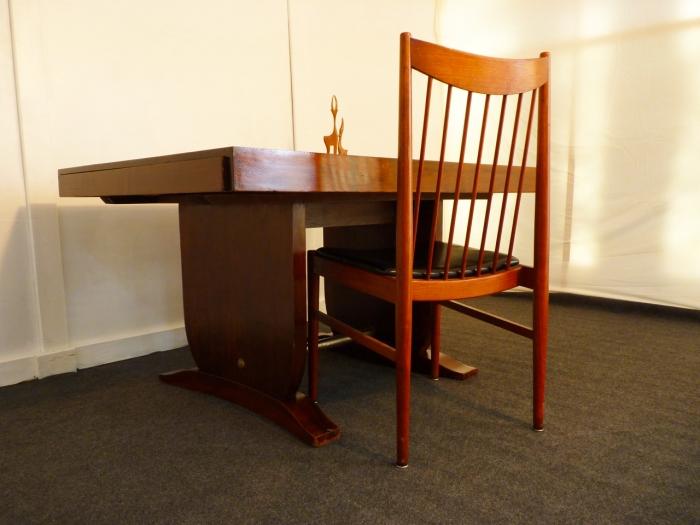 Une belle soirée avec cette magnifique table, bureau en acajou et son fauteuil Arne VODDER ...